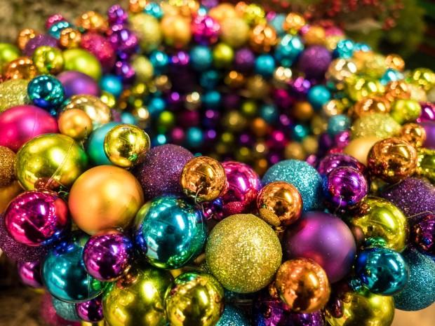 innsbruck-weihnachtsmarkt-bunte-kugeln